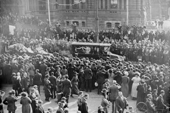 Crowds line the streets for the funeral of Henry Lawson in September 1922.