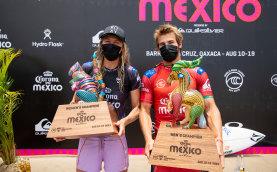 Stephanie Gilmore y Jack Robinson celebran tras ganar el Corona Open en México.
