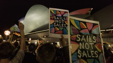 Protesters on the Circular Quay foreshore demonstrate against the projections of Everest material on the Opera House.