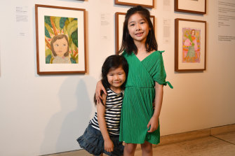 Gabrielle Guo with her sister Vivienne and winning painting at the Art Gallery of NSW on Saturday.