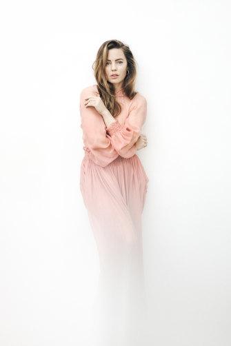 Melissa porte une robe, Christian Dior, des boucles d'oreilles, Bonanza, Paris et des bagues, Mansano.