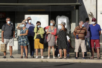 The Portuguese government is looking to tighten the law to make face masks compulsory in crowded outdoor areas.