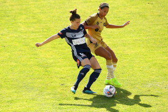 MELBOURNE, AUSTRALIA - DECEMBER 07: Haley Hanson of the Victory and Lynn Williams of the Wanderers  compete for the ball during the round four W-League match between the Melbourne Victory and the Western Sydney Wanderers at Latrobe City Stadium on December 07, 2019 in Melbourne, Australia. (Photo by Quinn Rooney/Getty Images)
