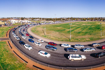 Cars queue for COVID-19 testing at the Dubbo showground on Friday.