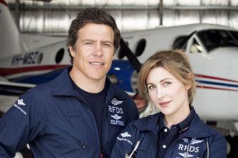 """Stephen Peacocke dan Emma Hamilton di RFDS: """"Saya sangat tertarik untuk mengeksplorasi maskulinitas Australia, tetapi dengan cara yang lembut,"""" kata produser Imogen Banks."""