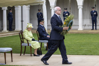 High Commissioner George Brandis lays a wreath at the socially-distanced anniversary service.