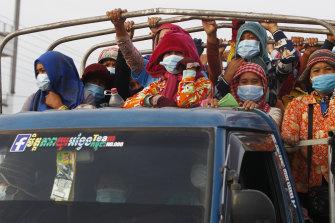 Los trabajadores de la confección camboyanos se dirigen a trabajar a las afueras de Phnom Penh en mayo después de un cierre.