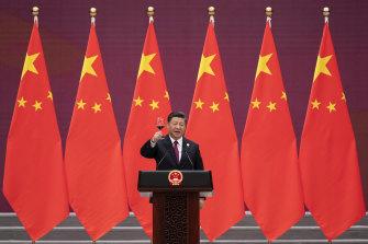 Xi Jinping levanta su copa para brindar durante el Foro de la Franja y la Ruta en Beijing en abril de 2019.