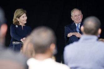 El ex presidente George W. Bush, a la derecha, junto a la ex primera dama Laura Bush, toma asiento después de hablar en un monumento a los pasajeros y la tripulación del vuelo 93 de United en Shanksville, ON Pensilvania.