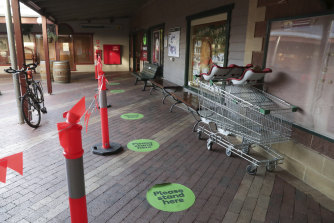 Ten Woolworths stores in Victoria will today introduce QR codes which customers can scan on entry to enhance the supermarket giant's contact tracing efforts.