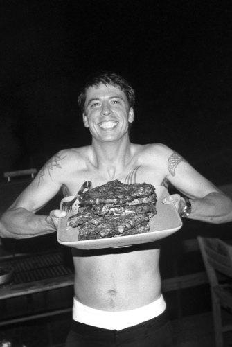 Um jovem Dave Grohl fazendo churrasco na Virgínia em 1999.