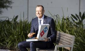 Le directeur général de Domino, Don Meij, est-il en train de manger une tranche de poulet rôti et du camembert d'Hokkaido?
