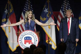 La nuora dell'ex presidente Donald Trump, Lara Trump, parla alla conferenza.