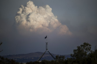 Former state fire chiefs are calling for a national, military-style response to increasing risks from bushfires and other natural disasters.
