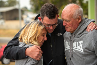 Premier Daniel Andrews speaks to Jilly Brown and husband Mel, who lost their 120 year old Sarsfeild Home and Accomodation business