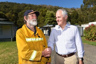 Roy Moriarty, left, and then-prime minister Malcolm Turnbull, four days after the 2015 Christmas Day bushfire.