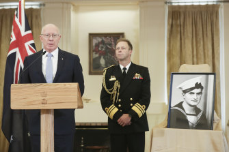 """Governor-General David Hurley and Chief of Navy Vice Admiral Michael Noonan announcing the awarding of a Victoria Cross to Ordinary Seaman Edward """"Teddy"""" Sheean."""