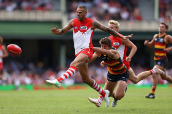 Lance Franklin taking on the Crows at the SCG.