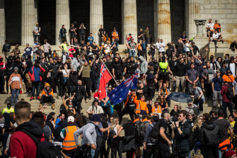 Anti-vaxxers and well-known members of the far-right joined unionists protesting against mandatory vaccination at the Shrine of Remembrance.