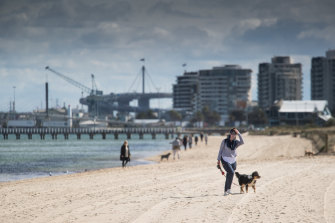 Confusion over the rules on exercise has prompted Port Phillip police to warn residents that travelling in a vehicle to parks or beaches is not permitted.