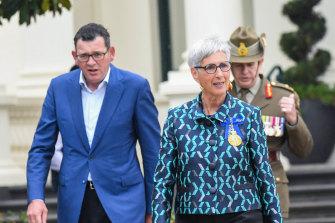 Perdana Menteri Daniel Andrews dan Gubernur Linda Dessau pada upacara pengibaran bendera pada hari Selasa.