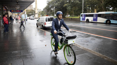 Sam Dastyari arrives at the ICAC on Thursday on a Lime Bike. He departed the same way hours later, after half a day in the witness box.