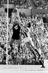 Alex Jesaulenko marks over North Melbourne's Stephen Easton in 1979