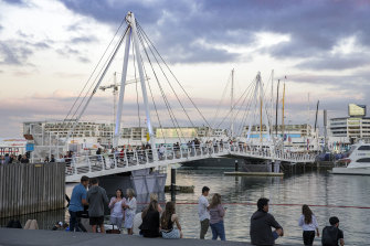 A bridge similar to Auckland's Wynyard Crossing, which opens to enable boats to pass beneath, was considered feasible to link Teneriffe with Bulimba in a report kept secret by the Queensland government for five years.