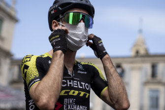 Simon Yates wears a mask at the start of stage four.