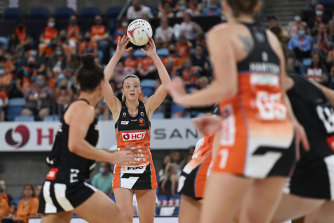Sophie Dwyer makes a pass for the Giants against Collingwood on Saturday.