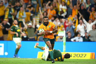 BRISBANE, AUSTRALIA - SEPTEMBER 18: Marika Koroibete of the Wallabies scores a try during The Rugby Championship match between the Australian Wallabies and the South Africa Springboks at Suncorp Stadium on September 18, 2021 in Brisbane, Australia. (Photo by Jono Searle/Getty Images)