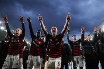 Mitch Duke has re-joined the Wanderers for the rest of the A-League season.