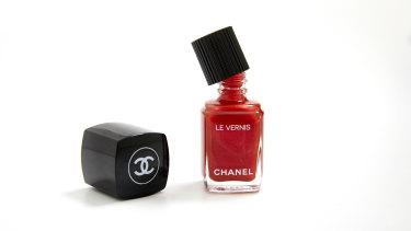 Chanel Le Vernis Longwear Nail Colour in Metallic Bloom.
