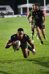 David Fusitu'a of the Warriors scores a try.
