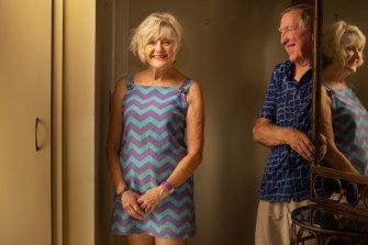 Nenek Melbourne, Yvonne Dite, dalam balutan gaun Carla Zampatti bersama suaminya, Bruce.