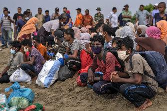 Ethnische Rohingya machen eine Pause, nachdem sie am 25. Juni mit dem Boot am Lancok Beach in Nord-Aceh, Indonesien, angekommen sind.
