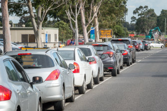 A long line of people in cars waiting for a COVID-19 test in Epping, Victoria.