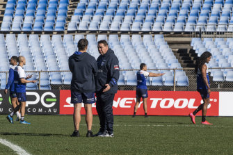 Former All Blacks rugby coach Steven Hansen working with the Bulldogs at Belmore Oval.