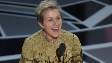 Frances McDormand accepting her Oscar bare-faced.