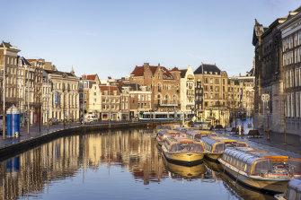 Kapal wisata, seperti yang berlabuh di Amsterdam, tidak dapat lagi melewati rute normalnya, karena banyak kanal yang ditutup oleh konstruksi atau ditutup untuknya.
