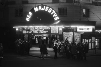 Crowds arrive to see Joan Sutherland perform at Her Majesty's Theatre on August 31, 1965.