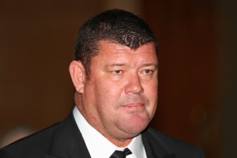 James Packer puas membiarkan Lachlan Murdoch berenang sendirian di akuarium Sydney.