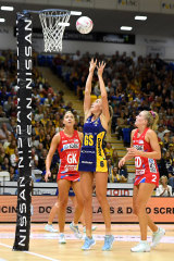 Cara Koenen of the Lightning shoots against the NSW Swifts at USC Stadium.