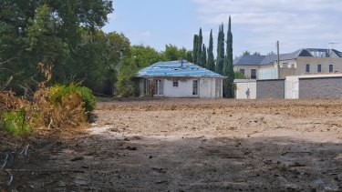 The tennis court, pool and mansion are no more at 18 St Georges Road.