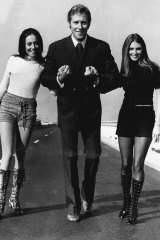 Pop singer Sandy Scott is pictured with Gold Coast courtesy maids Rondi Davies and Delvene Delaney at Sydney Airport on April 8, 1971.