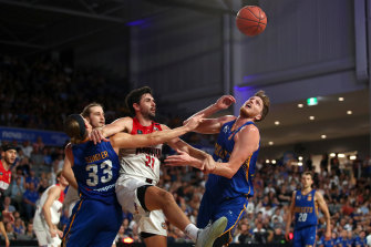 Matt Hodgson of the Bullets (right) competes for the ball with Todd Blanchfield of the Hawks.