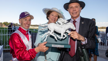 Hoop William Pike with Arcadia Queen's owners Bob and Sandra Peters.