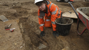 Archaeologists work at Matthew Flinders' grave.