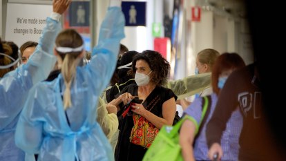 Victorians visiting NSW 'red zones' risk mandatory hotel quarantine unless they rush home