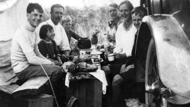 An unidentified family enjoys Christmas lunch in Queensland, 1918.
